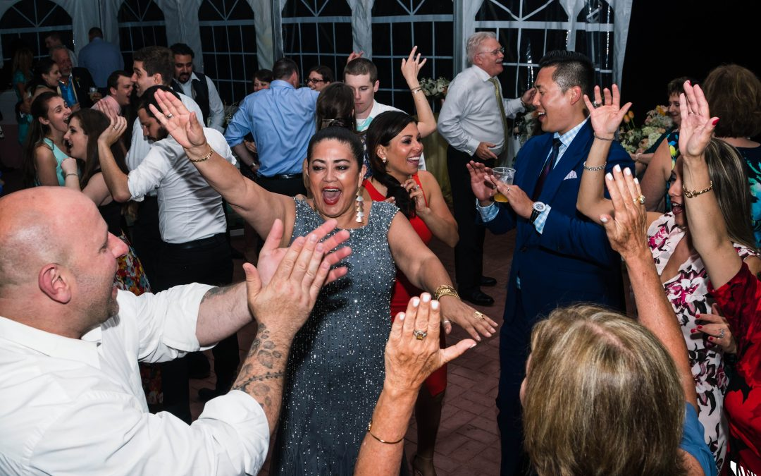 4 Ways to Get Your Wedding Guests on the Dance Floor